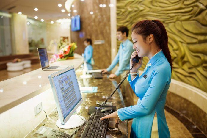 Con gái có nên tìm việc làm ngành khách sạn để gắn bó?